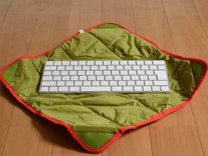 マジックキーボードのケースを広げた画像です。ケースの大きさは30cm四方の正方形です。