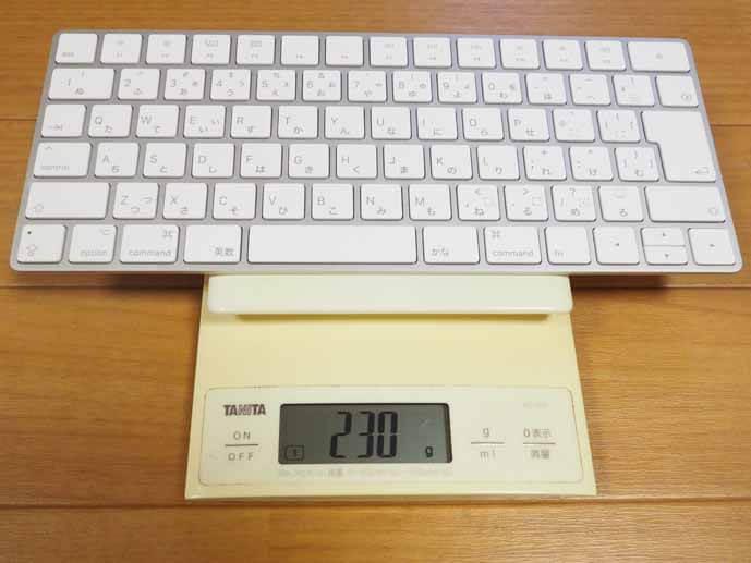 マジックキーボードを秤に乗せた画像です。目盛りは230gを指しています。