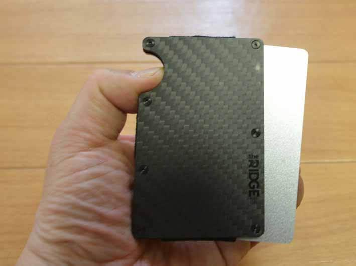 マネークリップを取り出すときの写真です。半円形のくぼみからカードを押し出して使います。