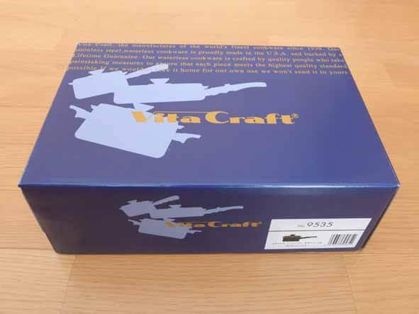 ビタクラフトの片手鍋の箱です。青い地色に鍋の絵が描かれています。