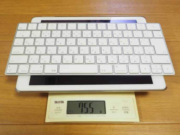 マジックキーボードとiPadを秤に乗せた画像です。目盛りは755gを指しています。