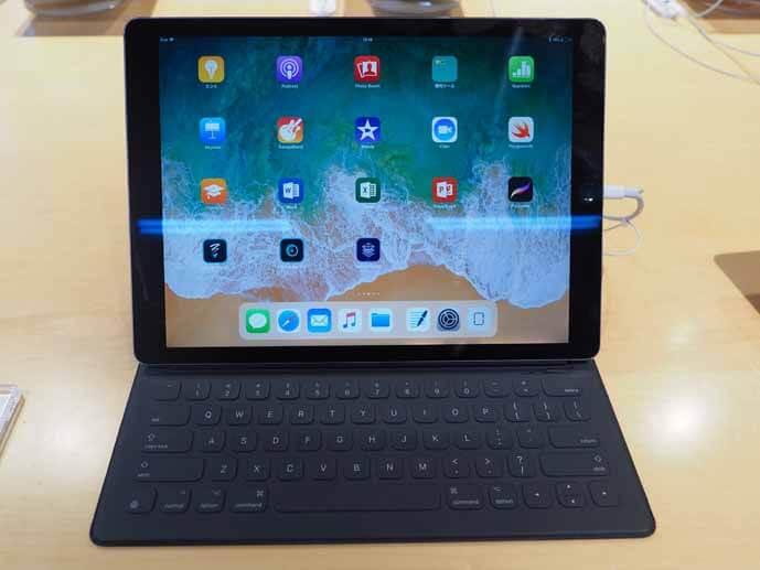 AppleのスマートキーボードをiPadにセッティングした写真です。黒いSmart Keyboardは横幅がiPadと同じ大きさです。