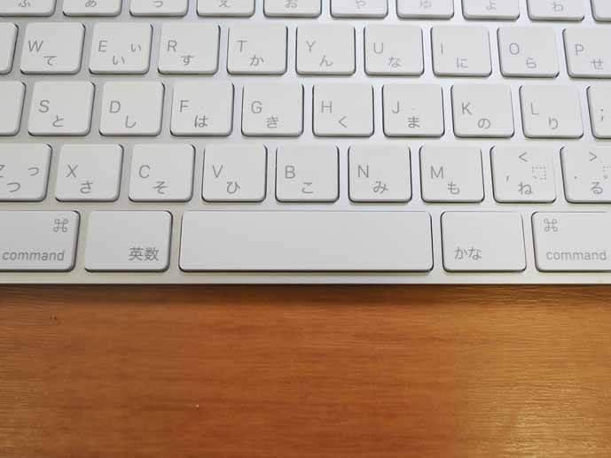 マジックキーボードの拡大写真です。キーボードの最下段中央の英字のキーとカナのキーを拡大しています。