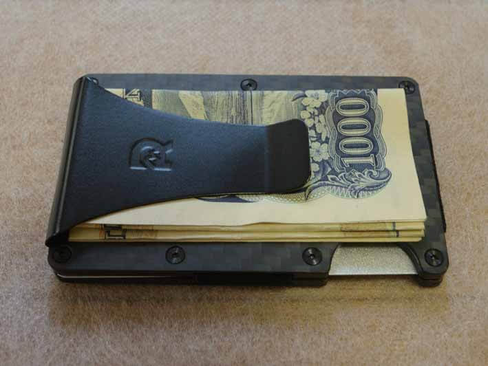 マネークリップに千円札を挟んだ状態です。お札は4つ折りにして挟みます。