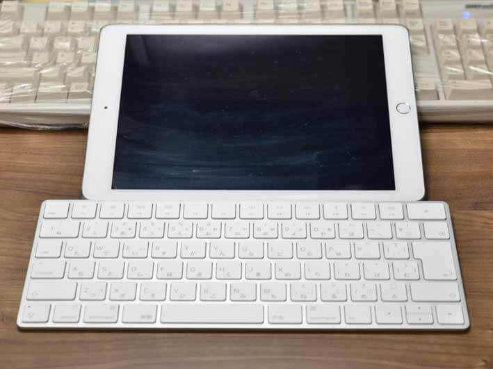 iPadとマジックキーボードを使用している画像。iPadは寝かせたままで文字を入力しています。